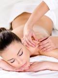 Mooie vrouw die massage op schouder heeft Stock Fotografie