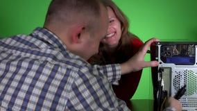 Mooie vrouw die met de technicusmens flirten die haar computer herstellen op het werk stock videobeelden
