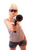 Mooie vrouw die met geïsoleerdc kanon streeft Stock Foto's