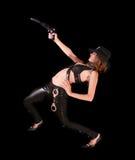 Mooie vrouw die met kanon op zwarte streeft Royalty-vrije Stock Foto's
