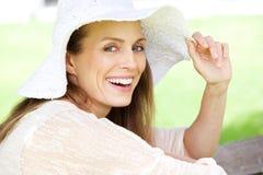 Mooie vrouw die met zonhoed lachen stock afbeeldingen