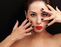 Mooie vrouw die met zwarte spijkers sexy met lege exemplaarruimte kijken Royalty-vrije Stock Fotografie