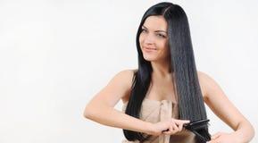 Mooie vrouw die om haar sterk gezond helder haar, kuuroord geven Stock Foto