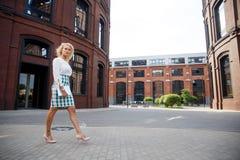 Mooie vrouw die onderaan de straat lopen Royalty-vrije Stock Afbeeldingen