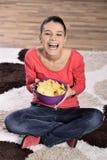 Mooie vrouw die ongezonde kost eten stock foto