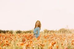 Mooie vrouw die op bloemgebied lopen royalty-vrije stock foto's