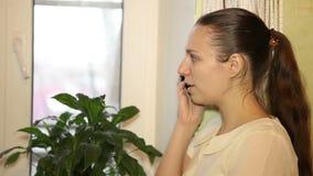 Mooie vrouw die op cellphone spreken stock videobeelden