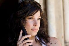 Mooie vrouw die op celtelefoon spreekt stock foto's