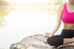 Mooie vrouw die op de rots mediteren Royalty-vrije Stock Afbeeldingen