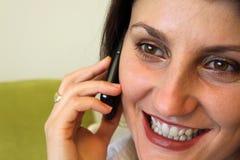 Mooie vrouw die op de telefoon spreekt. Royalty-vrije Stock Afbeelding