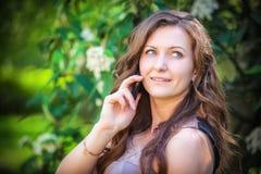 Mooie vrouw die op de telefoon spreekt Royalty-vrije Stock Afbeelding