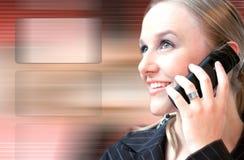 Mooie vrouw die op de telefoon spreekt hoog - technologie Royalty-vrije Stock Foto's