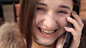 Mooie vrouw die op de telefoon spreekt Portret van het spreken vrouwenglimlach Het concept zachte verbindingen Het gezicht van a stock footage