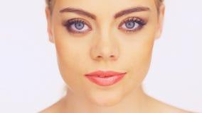 Mooie vrouw die op een smartphone spreken stock video