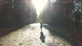 Mooie vrouw die op een weg lopen stock video