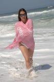 Mooie vrouw die op het strand loopt Stock Afbeelding