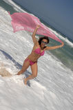 Mooie vrouw die op het strand loopt Stock Fotografie
