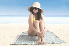 Mooie vrouw die op het strand rusten Royalty-vrije Stock Foto