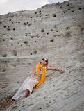 Mooie vrouw die op het zand liggen Royalty-vrije Stock Fotografie