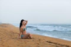 Mooie vrouw die op het zand op het strand in de zomer liggen Het geluk onbezorgde blije vrouw van de de zomervakantie royalty-vrije stock afbeeldingen
