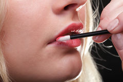 Mooie vrouw die op make-up zet Stock Fotografie