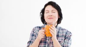 Mooie vrouw die op middelbare leeftijd van een smakelijke die drank genieten op witte achtergrond wordt geïsoleerd stock afbeeldingen