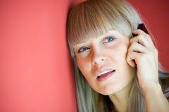 Mooie vrouw die op mobiele telefoon spreekt Stock Afbeelding