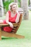 Mooie vrouw die op natuurlijke achtergrond rust royalty-vrije stock foto