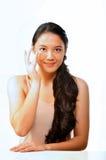 Mooie Vrouw die op oogroom zetten Stock Foto's