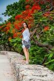 Mooie vrouw die op witte kleding alleen bij de muren lopen die de koloniale stad van Cartagena DE Indias omringen stock foto