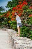 Mooie vrouw die op witte kleding alleen bij de muren lopen die de koloniale stad van Cartagena DE Indias omringen stock afbeelding