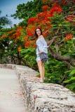 Mooie vrouw die op witte kleding alleen bij de muren lopen die de koloniale stad van Cartagena DE Indias omringen royalty-vrije stock fotografie