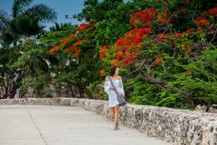 Mooie vrouw die op witte kleding alleen bij de muren lopen die de koloniale stad van Cartagena DE Indias omringen royalty-vrije stock afbeelding
