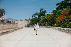Mooie vrouw die op witte kleding alleen bij de muren lopen die de koloniale stad van Cartagena DE Indias omringen royalty-vrije stock foto's
