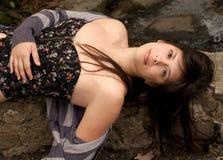 Mooie Vrouw die in openlucht doet leunen Stock Foto