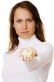 Mooie vrouw die pillen aanbiedt stock afbeeldingen