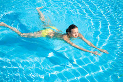 Mooie Vrouw die in Pool zwemt Stock Afbeeldingen