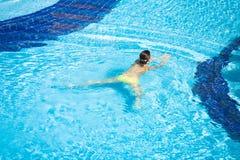 Mooie Vrouw die in Pool zwemt Stock Afbeelding