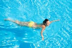 Mooie Vrouw die in Pool zwemt stock foto
