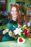 Mooie Vrouw die Regeling in Bloemwinkel maken Stock Fotografie