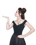 Mooie vrouw die in retro speld-omhooggaande stijl op iets op hij kijken Stock Foto