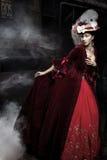 Mooie vrouw die rode kleding over een trein draagt Royalty-vrije Stock Afbeeldingen