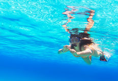 Mooie vrouw die in Rode Overzees snorkelen Royalty-vrije Stock Foto