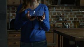 Mooie vrouw die rode wijn dienen aan vrouwelijke vriend stock video