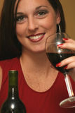 Mooie vrouw die rode wijn drinkt royalty-vrije stock afbeeldingen