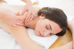 Mooie vrouw die schouder van massage genieten in beauty spa Stock Afbeelding