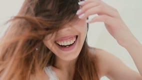 Mooie vrouw die selfie, gebruikend telefoon in de slaapkamer nemen Glimlachend en gelukkig wijfje die van de dag genieten Langzam stock footage