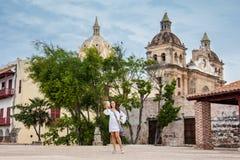 Mooie vrouw die selfies bij de muren nemen die de koloniale stad van Cartagena DE Indias omringen royalty-vrije stock fotografie
