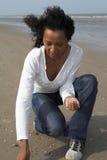 Mooie vrouw die shells zoekt Royalty-vrije Stock Afbeeldingen