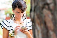 Mooie vrouw die smartphone gebruiken stock foto's